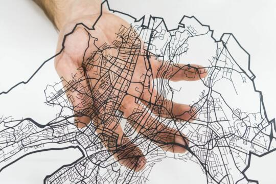 Lasercut Strassen Netzwerk von Zürich aus Papier von Robin Hanhart