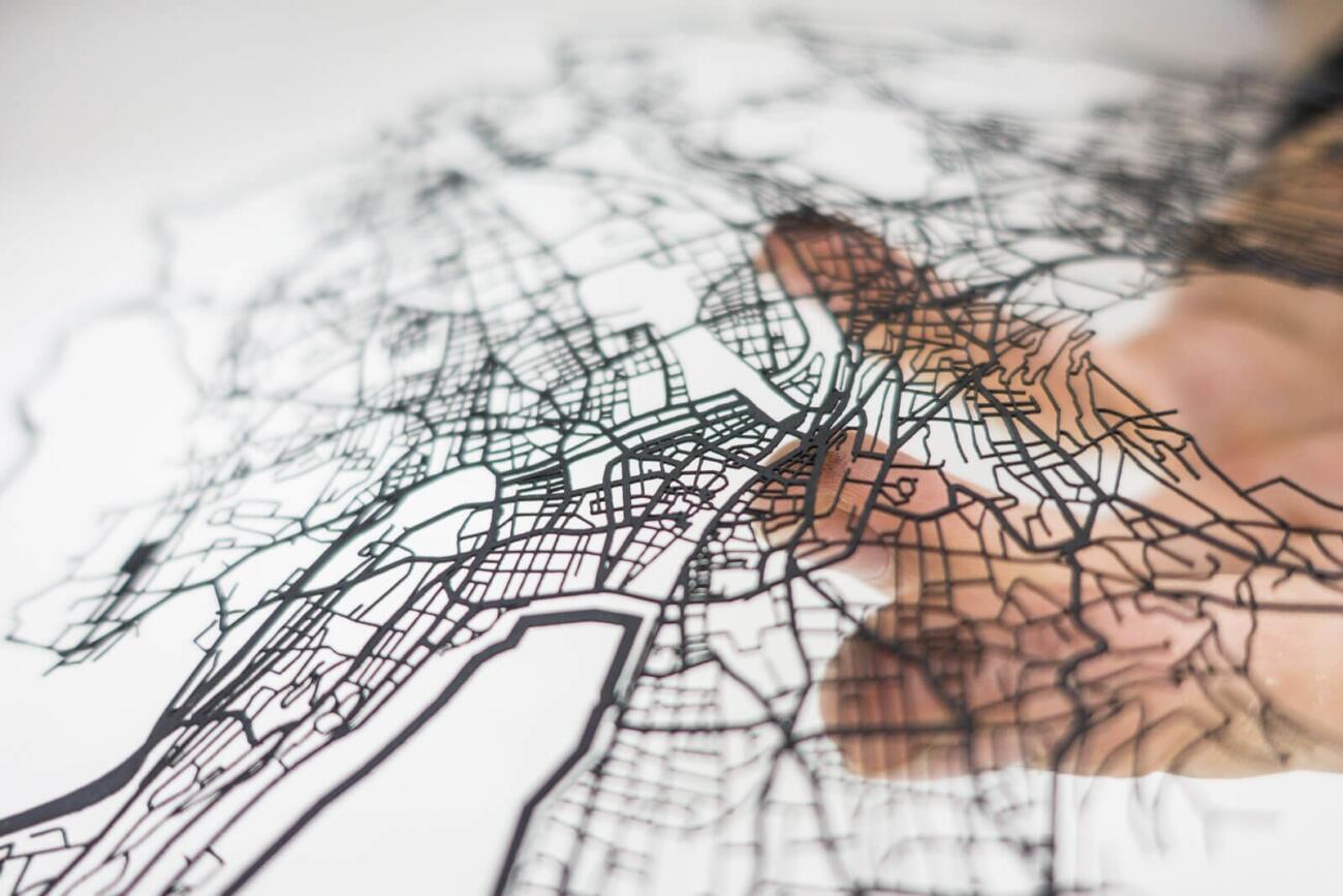 Lasercut Strassen Netzwerk von Zürich aus Papier - In Hand 2 - Robin Hanhart