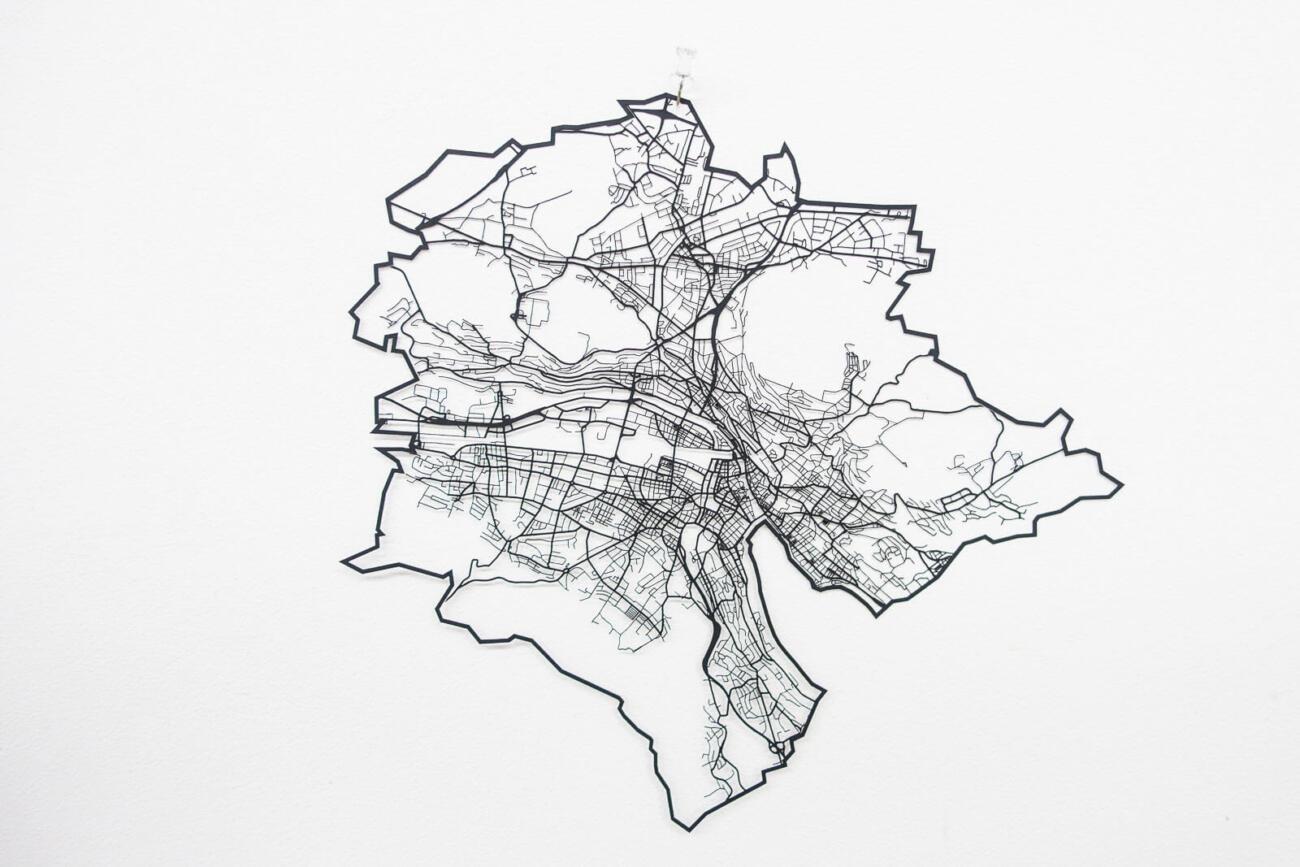Lasercut Strassen Netzwerk von Zürich aus Papier - An Wand