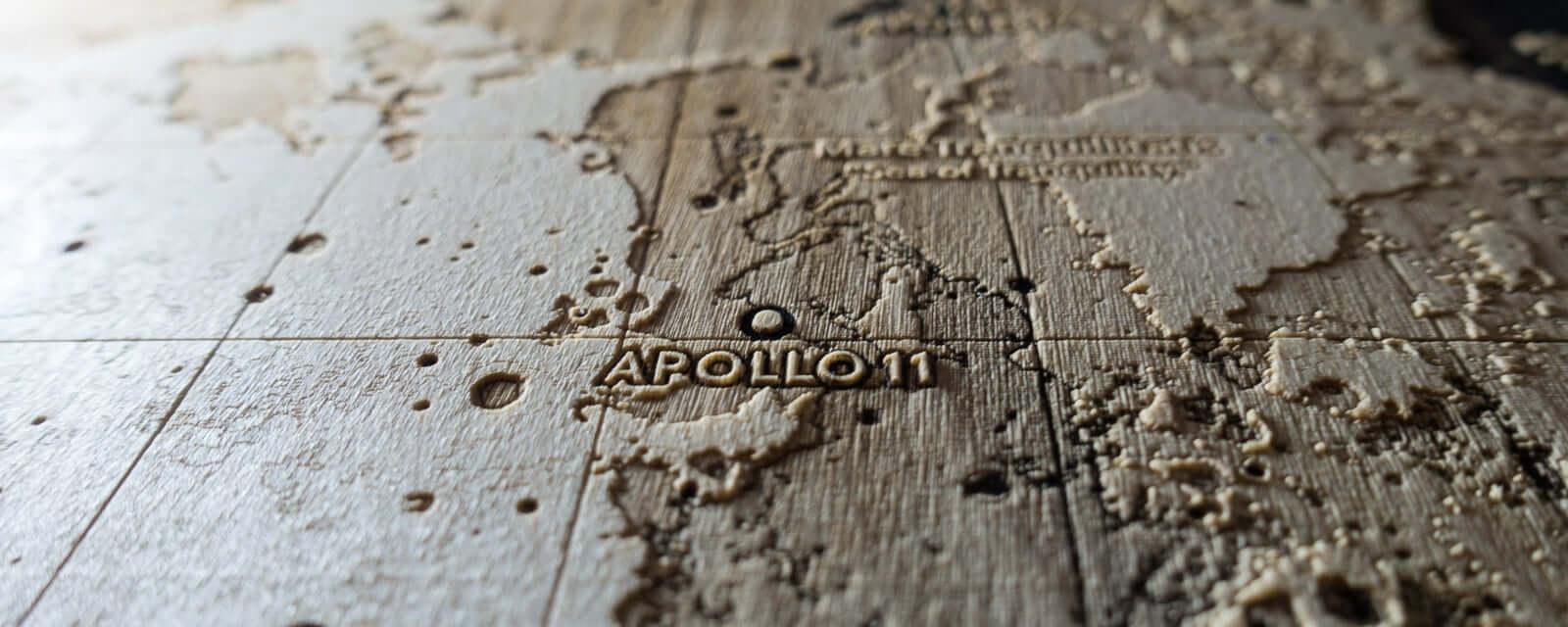 Topografische Karte von Mond mit der Landestelle der Apollo 11 Mission, Laser Gravur aus dem Laser Atelier in Zürich
