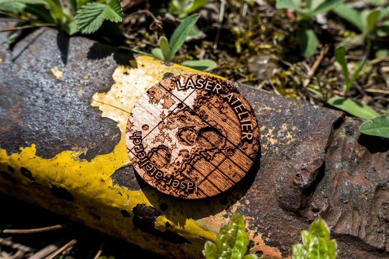 Laser gravierte Visitenkarte aus Kirschenholz, kleiner Ausschnitt vom Mond