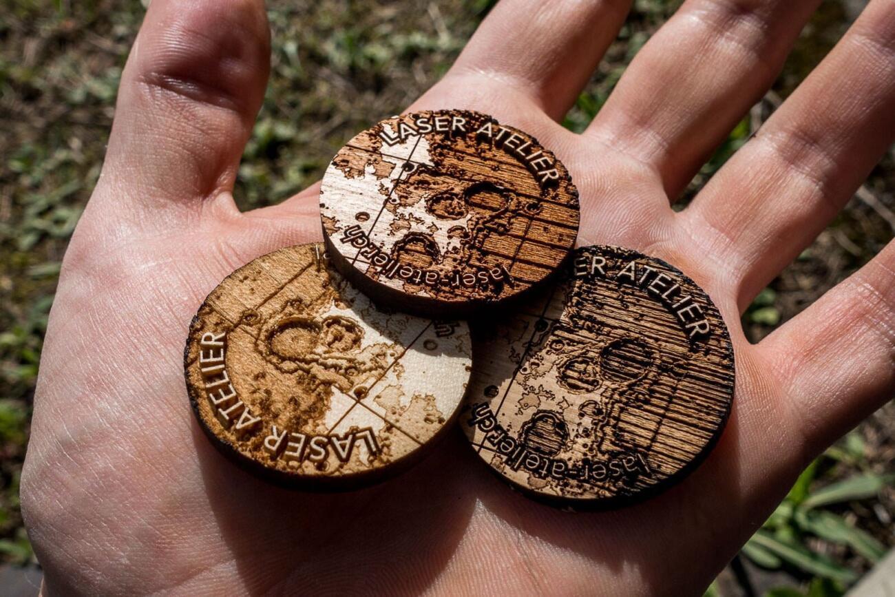 Laser gravierte Jetons aus Kirschenholz, Ahorn und Eiche. Ein kleiner Mondausschnit wurde tief in Holz graviert.
