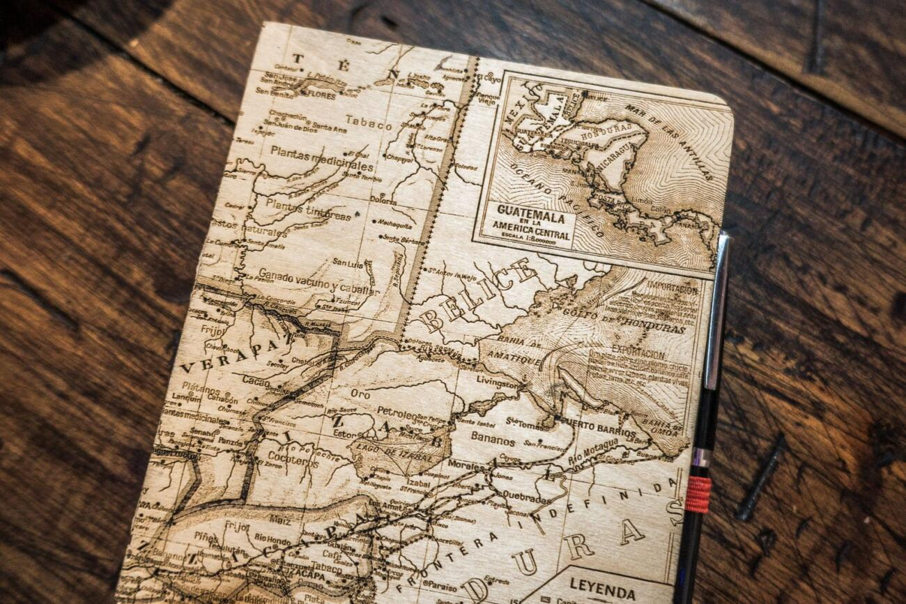 Guatemala Karte auf Skizzenbuch - Laser graviert aus Holz Details