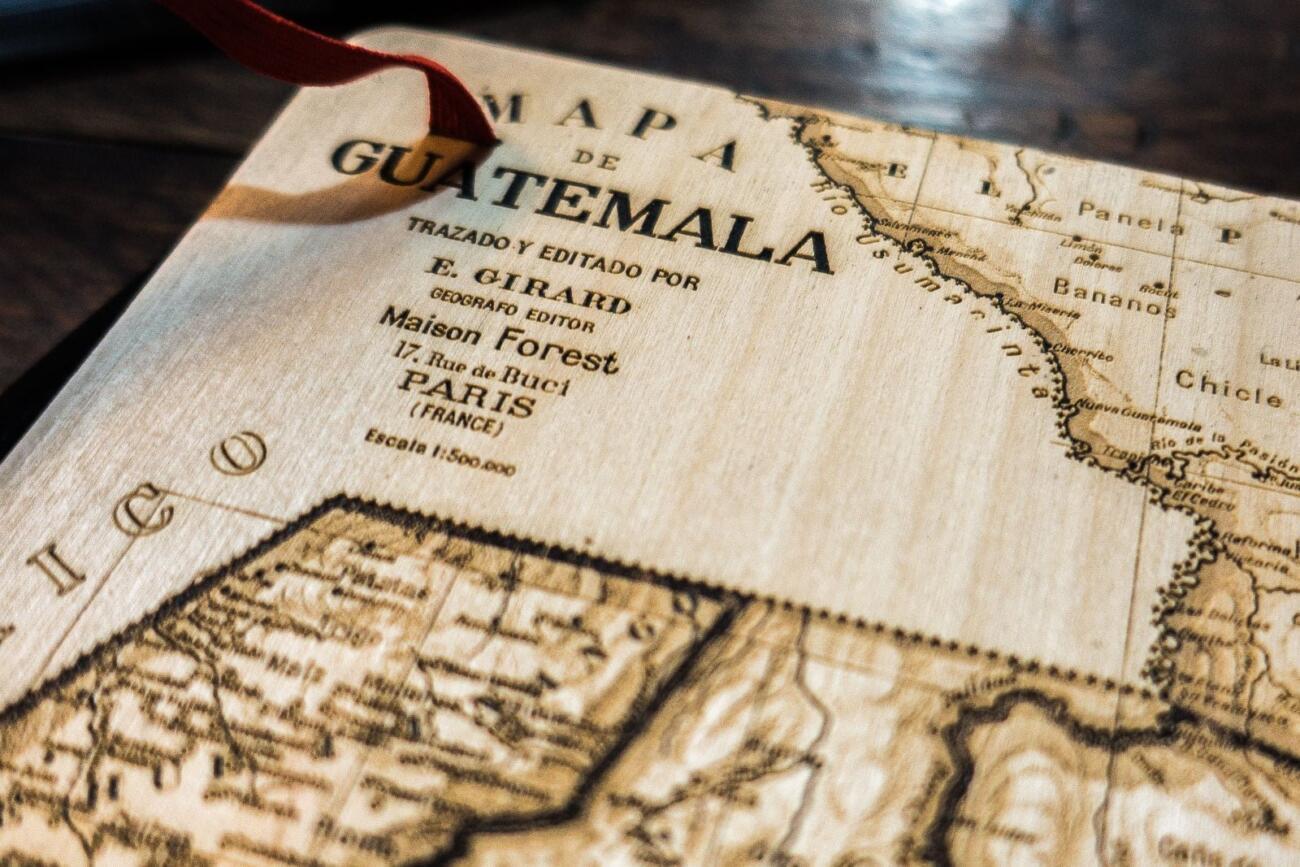 Guatemala Karte auf Skizzenbuch - Laser graviert aus Holz Detail Rückseite