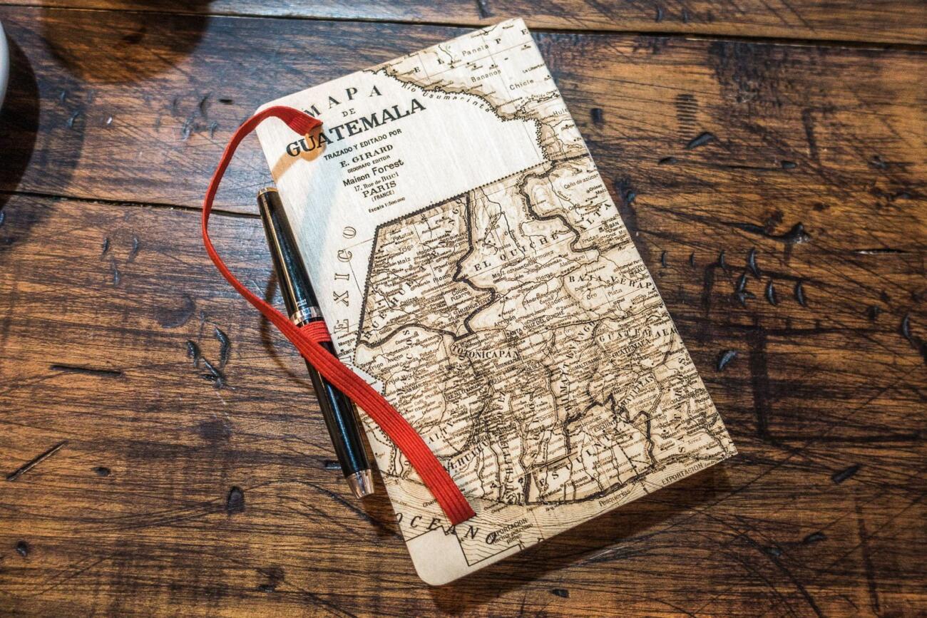 Guatemala Karte auf Skizzenbuch - Laser graviert aus Holz von Robin Hanhart