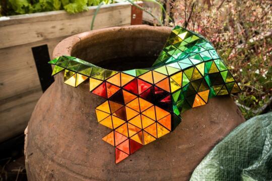 Laserschnitt von speziell entwickeltem dichroitischen Textil als Designobjekt von Robin Hanhart
